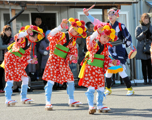 田植え踊りを披露する子どもたち=福島市笹谷
