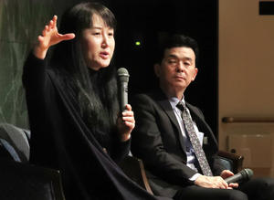 対談する作家の柳美里さん(左)と青来有一さん=19日午後、長崎市平野町の長崎原爆資料館、小宮路勝撮影