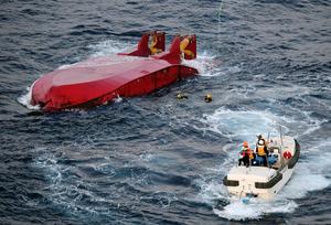 転覆した第11光運丸の近くで潜水捜索が続けられていた=19日午後5時27分、千葉・犬吠埼の南28キロ沖、朝日新聞社ヘリから、迫和義撮影