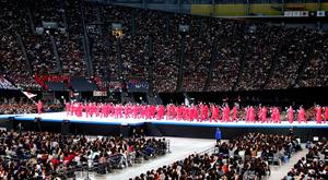 大きな声援を受けながら入場する日本選手団=19日午後4時40分、札幌市豊平区の札幌ドーム、山本裕之撮影