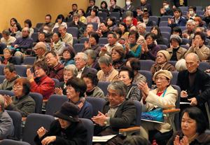 シンポジウムに参加した人たち=19日午後4時15分、長崎市の長崎原爆資料館、小宮路勝撮影