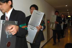住民投票の不成立で開票されずに運び出される投票箱=輪島市文化会館