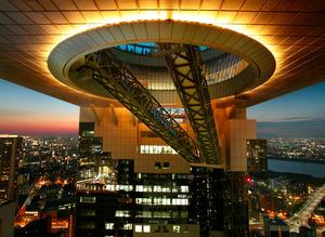 日没後、36階付近から見上げた空中庭園。斜めの空中エスカレーターで昇ってゆく=大阪市北区、伊藤菜々子撮影