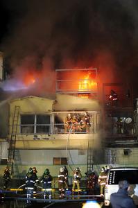 炎が上がる建物=19日午後10時39分、東京都北区豊島7丁目、金川雄策撮影