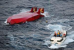 転覆した第11光運丸の近くで潜水捜索が続けられていた=19日午後5時27分、千葉・犬吠埼の南28キロ沖、本社ヘリから、迫和義撮影