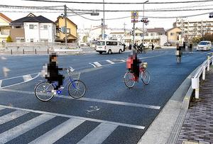 変則四差路の車道を逆走する高校生ら=1月31日午前、兵庫県伊丹市、筋野健太撮影(自転車に乗っている生徒などにモザイクをかけています)