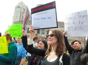 トランプ政権に科学の尊重を求める集会に参加した人たち=ボストン、小林哲撮影