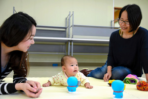サロン「ぽかぽか」を訪れた女性(右)。学校心理士(左)が子育ての相談を聞いた=大津市平津2丁目