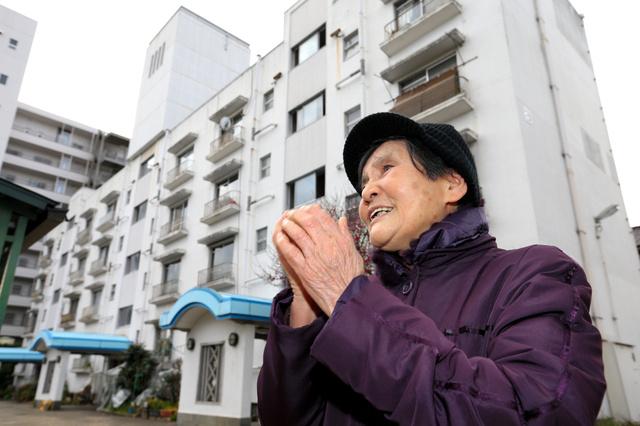 峠三吉が住んでいた平和アパートの前で、思い出を語る切明千枝子さん=7日午後、広島市中区昭和町、上田幸一撮影