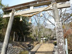 映画のシーンと同じアングルで撮影した宮水神社の鳥居。同じ名の神社があると知り、高千穂峡の観光に来た人が足を伸ばしたケースもあるという=宮崎県日之影町七折