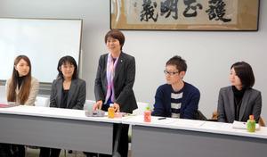 NPO法人の設立総会であいさつする理事長の西村依子弁護士(中央)、新谷愛子弁護士(左端)ら=金沢市丸の内の金沢弁護士会館