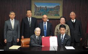 ヒバクシャ国際署名をした湯崎英彦知事と記念写真を撮る被爆者ら=県庁