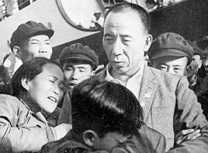 中国に帰還し家族に迎えられる劉連仁=1958年4月、欧陽文彬「穴にかくれて十四年」(新読書社)から