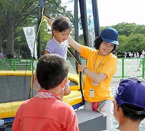 昨年8月、学生たちは上野公園のリオ五輪PV会場でボランティアとして活動した=日本外国語専門学校提供