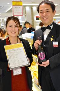 プレミアムフライデーの催しで振る舞われる高級シャンパンを持つシニアソムリエの大河内勝正さん=JR名古屋高島屋