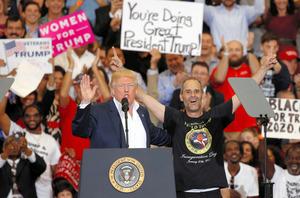 米南部フロリダ州で18日、集会の途中で支持者を登壇させたトランプ大統領=ロイター