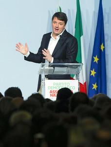 ローマで19日、民主党の会合で演説するレンツィ前伊首相。ANSA提供=AP