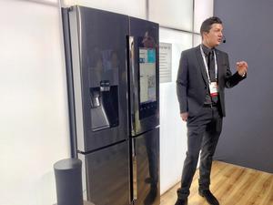 CESの会場でサムスンの冷蔵庫に話しかけて実演する人=ラスベガス、宮地ゆう撮影
