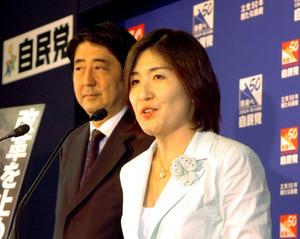 「郵政解散」を受けて衆院福井1区から自民党公認で立候補。安倍晋三幹事長代理と記者会見に臨んだ。この選挙での初当選組は「小泉チルドレン」と呼ばれた=2005年8月