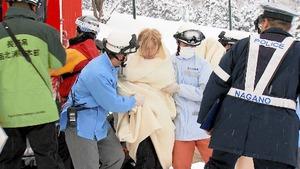 救助されたオーストラリア人の女性ら=2017年1月17日、長野県野沢温泉村の野沢温泉スキー場、長野朝日放送提供