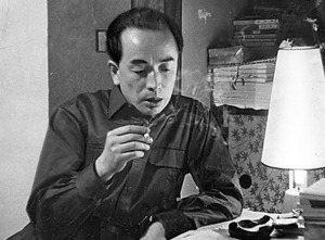 五味川純平。満州でソ連軍と戦い、辛うじて生きのびた経験をもつ=1958年2月、東京都渋谷区の自宅