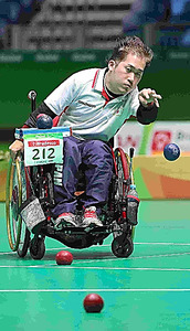 リオ・パラリンピックのボッチャ決勝でボールを投げる日本チームの選手