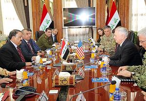 バグダッドのイラク国防省で20日、イラクのハヤリ国防相(左)と会談するマティス米国防長官(右から2人目)=ロイター