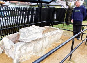 4度目の移設を終え展示されている石棺=舞鶴市女布