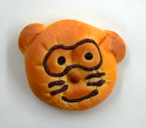 クリームパンの「たぬ吉くん」。地元で売り出されている=堺市北区