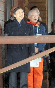 屋外のテラスでクロスカントリースキーを観戦する皇太子さま=20日午前、札幌市清田区の札幌市白旗山競技場、代表撮影
