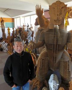 アキ工作社の段ボールを利用した製品と松岡勇樹社長=大分県国東市