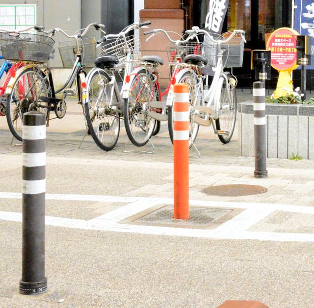 新潟市の商店街に先行設置されたライジングボラード。真ん中の車止めが時間によって昇降する=同市中央区古町通6番町