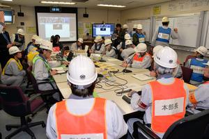 日本原子力研究開発機構本部(茨城県)などとテレビ会議でつないで訓練するもんじゅの所員ら=敦賀市白木2丁目