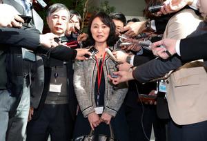 安倍晋三首相との面会後、記者の質問に答える高橋まつりさんの母親の幸美さん=21日午後2時15分、首相官邸、岩下毅撮影