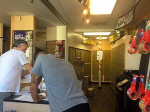 ブライトバートの本社連絡先になっている郵便局内。奥に小さな私書箱が並ぶ=15日、米ロサンゼルス、宮地ゆう撮影
