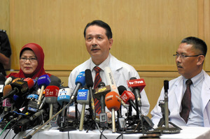 クアラルンプールの病院で記者会見したマレーシア保健省のヌール・ヒシャム・アブドラ事務次官(中央)や病院幹部ら=乗京真知撮影