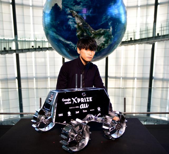 探査チームを応援する、ロックバンド「サカナクション」のボーカル山口一郎さんと月面探査車「SORATO」。この日、ミッション成功を応援する楽曲が発表された=21日、日本科学未来館、金居達朗撮影