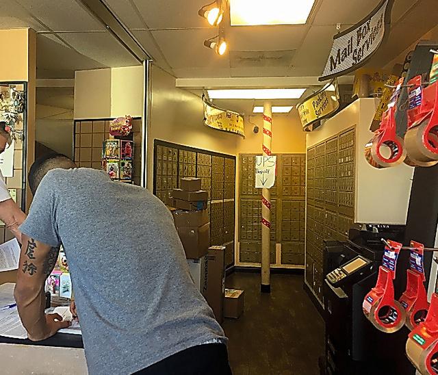 ブライトバートの本社連絡先になっている郵便局内。奥に私書箱が並ぶ=15日、米ロサンゼルス、宮地ゆう撮影