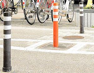 新潟市の商店街に設置されたライジングボラード。真ん中の車止めが時間によって昇降する
