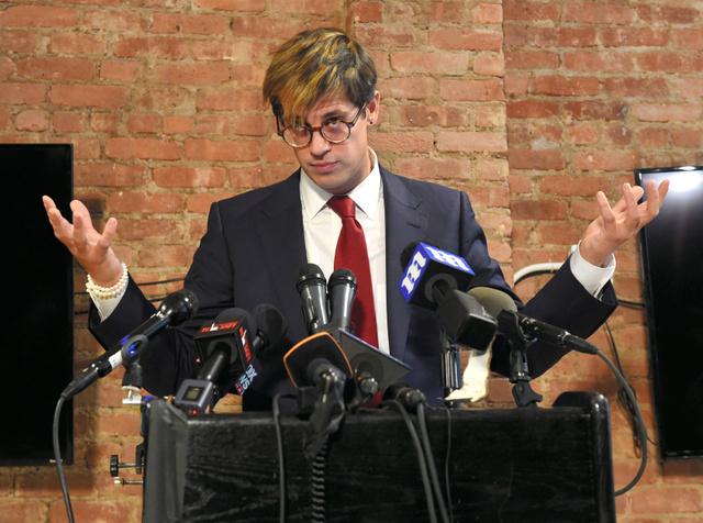 米ニューヨークで21日、自らの辞任について会見を開いた右派系ニュースサイト「ブライトバート・ニュース」の編集者、マイロ・ヤノポロス氏。小児性愛を巡る発言が批判を浴びた=AFP時事