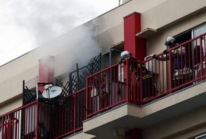 火元となった部屋からは白煙があがっていた=22日午前10時19分、福岡市南区向野1丁目、河合真人撮影