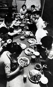 木谷道場の食事。寝食をともにするきょうだい弟子はライバルでもあった=1967年ごろ、東京・四谷、平塚市博物館提供