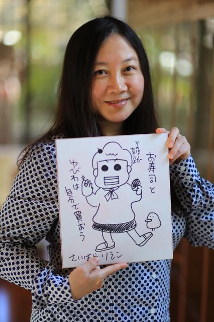 色紙を持つ漫画家・西原理恵子さん=東京都武蔵野市、長島一浩撮影