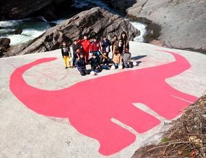 丹波竜の絵を描いて喜ぶ上久下小の6年生たち=丹波市山南町上滝