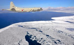 知床半島沖の上空から流氷を観測するP3C哨戒機=北海道・オホーツク海