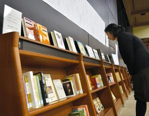 館内では文庫の一部が展示されており、期間を区切って展示物を入れ替えていくという=福島市の県立図書館