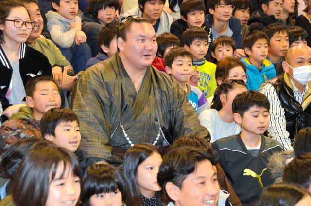笑顔で子どもたちと記念撮影に応じる白鵬関=橋本市彦谷