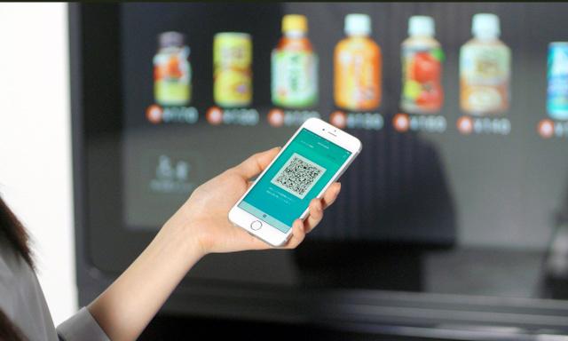 スマホに表示されたQRコードを自動販売機にかざせば、商品を受け取れる(JR東日本ウォータービジネス提供)