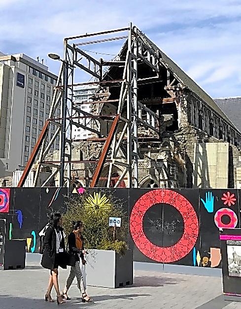 ホテルやビルの新築が相次ぐクライストチャーチの中心部。街の象徴である大聖堂は崩壊した姿のままだ=22日、郷富佐子撮影