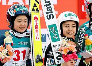 W杯平昌大会で通算53勝目を挙げ、笑顔を見せる高梨沙羅。左は伊藤有希